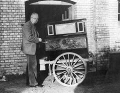 Thomas Kenneth Penniman outside the then back door of the Pitt Rivers Museum with street piano (1953.1.1). 1998.267.86